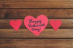 Отрежьте из красных бумажных сердец на деревянной предпосылке, поздравлении с днем ` s валентинки Стоковая Фотография RF
