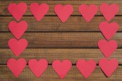 Отрежьте из красных бумажных сердец на деревянной предпосылке, поздравлении с днем ` s валентинки Стоковые Изображения