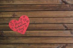 Отрежьте из красных бумажных сердец на деревянной предпосылке, поздравлении с днем ` s валентинки Стоковые Изображения RF