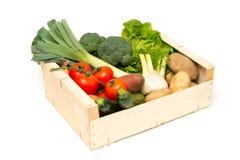 Отрежьте из сортированных свежих овощей в деревянной клети Стоковые Фото