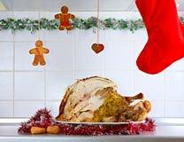 Отрежьте индюка рождества на кухне Стоковое Изображение