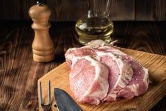 Отрежьте крен мяса свиной отбивной стейков сырцовый marinated с грубыми перцем и оливковым маслом соли моря Стоковые Изображения