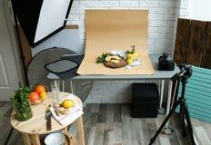 Отрежьте лимоны, мяту и имбирь на таблице стоковые фотографии rf
