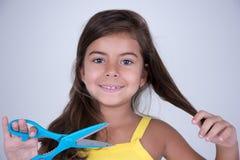 отрежьте ножницы волос девушки готовые к Стоковое Изображение RF