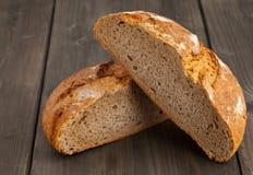Отрежьте ломоть хлеба на древесине Стоковая Фотография RF