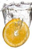 Отрежьте оранжевый падать в воду Стоковые Изображения