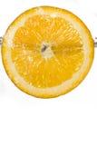 Отрежьте оранжевый падать в воду Стоковое фото RF