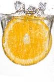 Отрежьте оранжевый падать в воду Стоковая Фотография RF