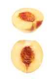 Отрежьте открытую изолированную половину нектарина Стоковое Изображение