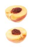 Отрежьте открытую изолированную половину нектарина Стоковые Изображения RF