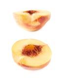 Отрежьте открытую изолированную половину нектарина Стоковое Изображение RF