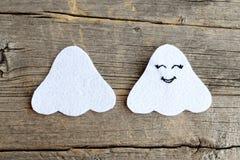 Отрежьте от деталей войлока белизны для делать куклу призрака хеллоуина Постепенная консультация деревянное предпосылки старое Стоковое фото RF