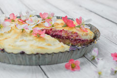 Отрежьте пирог плодоовощ с цветками и взбил белизны яичка Стоковое Изображение RF
