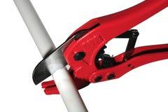 отрежьте пластмассу трубы scissor Стоковые Изображения RF