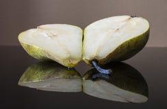 отрежьте половинную грушу Стоковое Изображение
