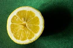 отрежьте половинный лимон Стоковое Фото