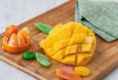 Отрежьте половину плодоовощ манго candied, лежа на деревянной доске стоковая фотография rf