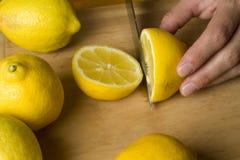 отрежьте свеже лимоны органические Стоковое фото RF