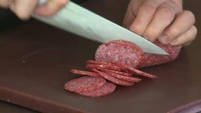 отрежьте сосиску ножа сток-видео