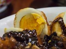 Отрежьте сладостные и кислые белизны яичек в плите Стоковые Фото