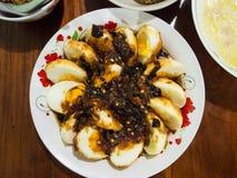 Отрежьте сладостные и кислые белизны яичек в плите Стоковые Изображения