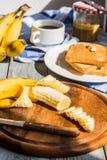 Отрежьте с ножом в части свежего, зрелого банана Стоковые Фото
