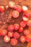Отрежьте томаты виноградины на деревянной разделочной доске Стоковое Изображение