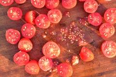 Отрежьте томаты виноградины на деревянной разделочной доске Стоковые Фотографии RF