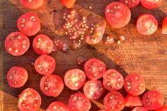 Отрежьте томаты виноградины на деревянной разделочной доске Стоковая Фотография RF