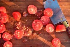 Отрежьте томаты виноградины на деревянной разделочной доске Стоковое фото RF