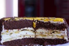 Отрежьте торт банана на таблице Стоковое Изображение