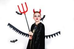 отрежьте тыкву персоны праздника halloween вне смешной ребенок в масленице костюмирует дьявола на белой предпосылке Стоковые Фотографии RF