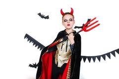 отрежьте тыкву персоны праздника halloween вне смешной ребенок в масленице костюмирует дьявола на белой предпосылке Стоковая Фотография