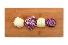 Отрежьте лук на деревянной доске Стоковая Фотография