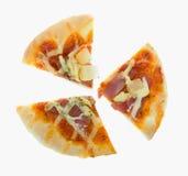 Отрежьте 3 хлеба части Hawaiian пиццы на белизне Стоковая Фотография