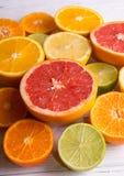 Отрежьте цитрусовые фрукты на предпосылке белых доск стоковая фотография