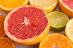 Отрежьте цитрусовые фрукты на предпосылке белых доск стоковые изображения