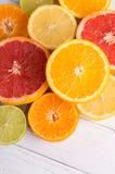 Отрежьте цитрусовые фрукты на предпосылке белых доск Стоковое Изображение