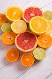 Отрежьте цитрусовые фрукты на предпосылке белых доск Стоковая Фотография RF