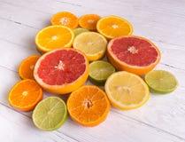 Отрежьте цитрусовые фрукты на предпосылке белых доск стоковые изображения rf