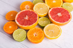 Отрежьте цитрусовые фрукты на предпосылке белых доск стоковое изображение rf