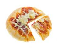 Отрежьте Hawaiian пиццы хлеба на белизне Стоковые Изображения RF