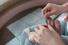 Отрежьте toenails Стоковое Изображение