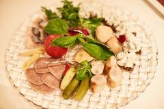 Отрезанная ветчина с салатом, малой глубиной, селективным фокусом Стоковые Изображения
