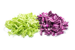 Отрезанная зеленая и фиолетовая капуста на белой предпосылке Стоковое Изображение