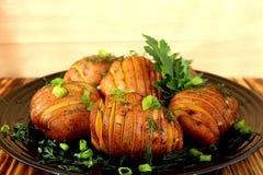 Отрезанная корка картошки испеченной в печи стоковые фотографии rf