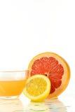 Отрезанная половина грейпфрута и сока Стоковая Фотография RF