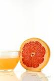 Отрезанная половина грейпфрута и сока Стоковые Изображения RF