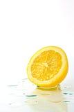Отрезанная половина зрелого лимона Стоковые Изображения RF