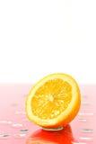 Отрезанная половина зрелого лимона Стоковые Изображения